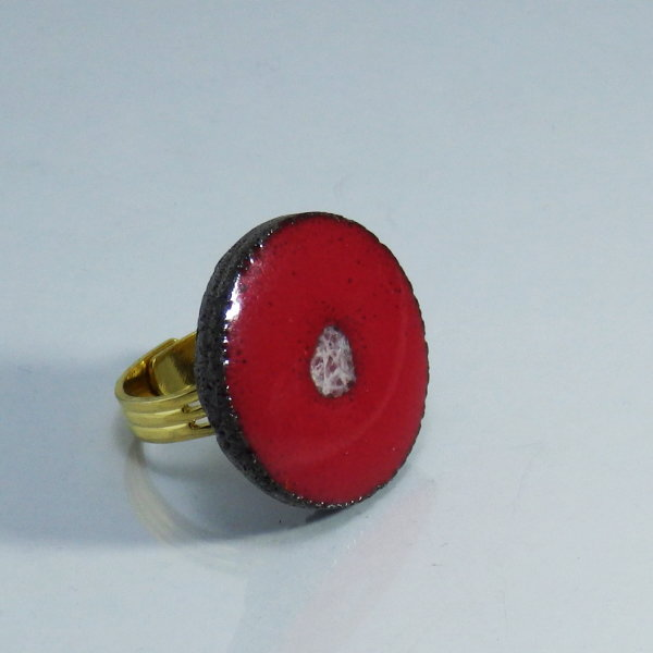 bague maill e rouge monture dor e l le o pierres. Black Bedroom Furniture Sets. Home Design Ideas