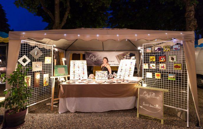 Le stand L'île o Pierres aux marchés nocturnes de Champeix (2013) (photo par Pierre-Alain Heydel)