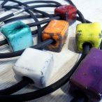Colliers cubes en lave émaillée