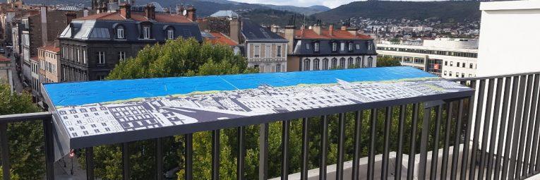Table d'orientation installée sur la terrasse de l'hôtel Alexandre Vialatte.