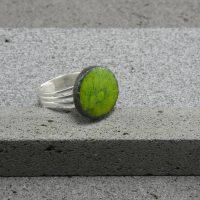 """Bague réglable en lave émaillée collection """"cristal"""", vert mousse, L'île o Pierres."""