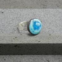 """Bague réglable en lave émaillée collection """"cristal"""", blanc & bleu turquoise, L'île o Pierres."""