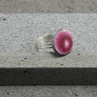 """Bague réglable en lave émaillée collection """"cristal"""", blanc & rose, L'île o Pierres."""