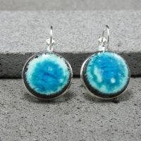 """Boucles d'oreilles dormeuses en lave émaillée collection """"cristal"""", blanc & bleu turquoise, L'île o Pierres."""