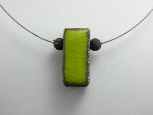 """Pendentif en lave émaillée collection """"cube"""", vert anis, L'île o Pierres."""