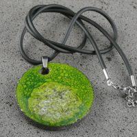 """Pendentif en lave émaillée collection """"cristal"""", vert mousse, L'île o Pierres."""