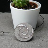 """Pendentif en lave émaillée collection """"pierre & argent"""", spirale d'argent, L'île o Pierres."""
